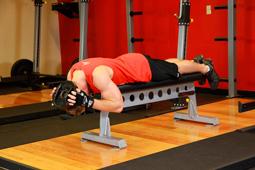 Техника: Подъемы шеи с весом, лежа на скамье