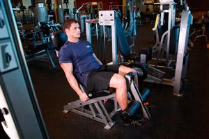 Техника: Разгибание ног в тренажере
